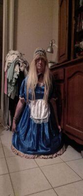 en Sissy satin bleue  hier soir a le demande  de mon maitre pour me montrer a sex  amis
