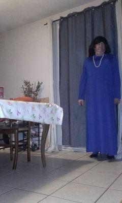en longue robe bleue je me prend pour une dame