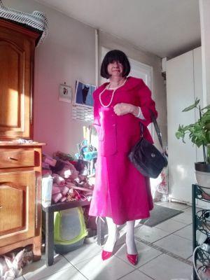 Mireille vieille travesti de bientot 69 ans  mais  heureuse de  se feminisé depuis l age  de 8 ans ou je me suis rendu compte  que je n etais pas un petit garçon comme les autre car j aimais m habiller en fille et depuis en femme  Cela fait aujourd hui 60 ans que je suis heureuse quand je suis en femme