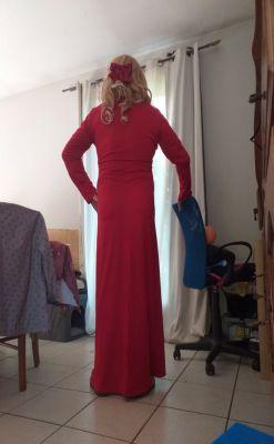 mireille en longue robe rouge avec un noeud rouge dans ses cheveux