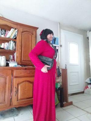 avec ma meme robe longue rouge mais en Brune